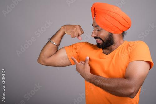 Fotografía Indian Sikh man wearing turban and orange shirt