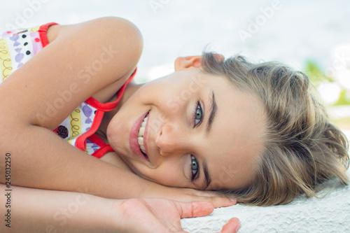 Foto  Modelo menina deitada expressões