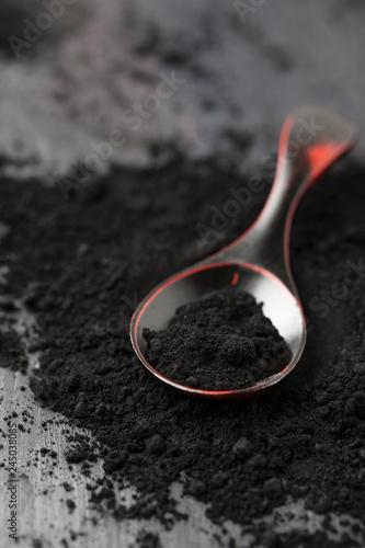 Photo schwarze Tonerde auf einem Löffel