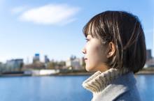 東京 女性 隅田川 青空 横顔