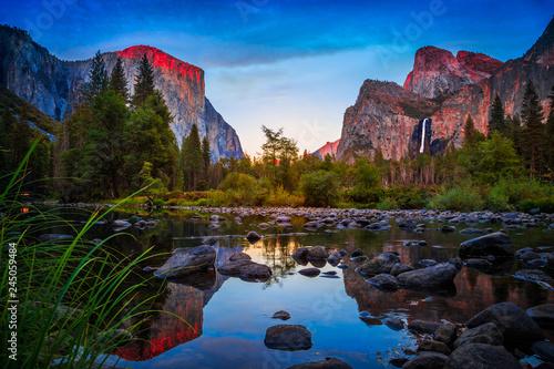 Photo  Twilight Reflections on Yosemite Valley, Yosemite National Park, California