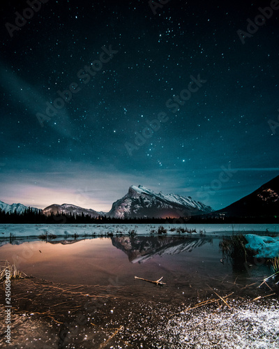 Photo  Beautiful night full of stars above Mt Rundle, Vermilion Lakes and Banff town, B
