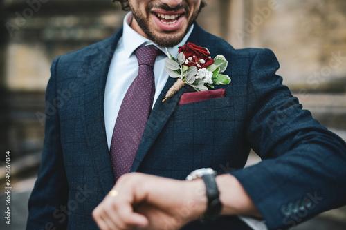 Valokuvatapetti Groom waiting for his late bride