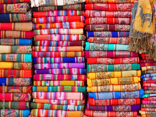 Montage in der Fensternische Rot Colorful Andean textiles.