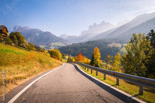 Plakat Funes Valley, niedaleko Santa Magdalena, jesienią. Dolomity, Południowy Tyrol, Włochy