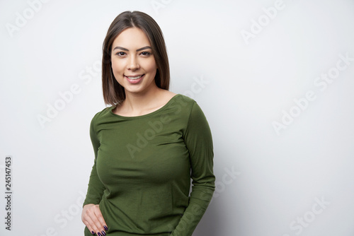 Photo  Young smiling brunette woman looking at camera
