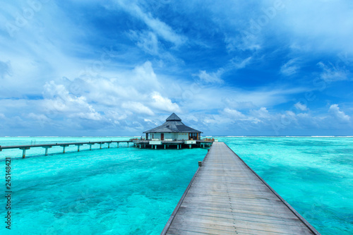 Poster Turquoise Maldives water bungalow on ocean water landscape