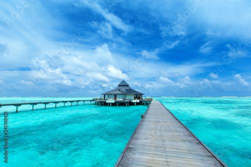 Türaufkleber Turkis Maldives water bungalow on ocean water landscape
