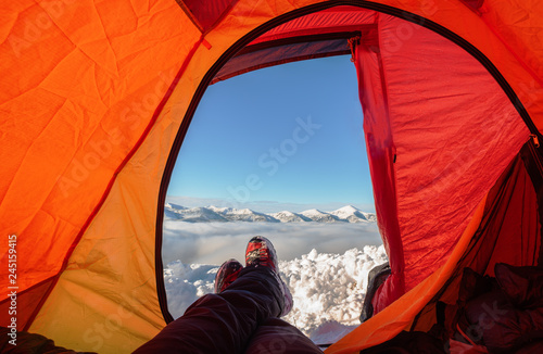 Foto auf Leinwand Rot Rest in a tent on a mountain ridge with wonderful landscapes around.