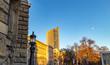Ansicht vom City Hochhaus Leipzig mit historischer Laterne und Gebäuden im Vordergrund und blauen Himmel