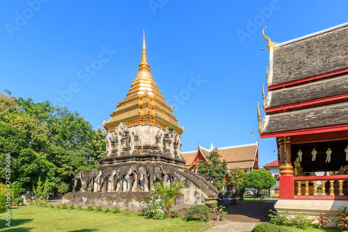 Fotografia  Chapel and golden pagoda at Wat Chiang Man in Chiang Mai, North of Thailand
