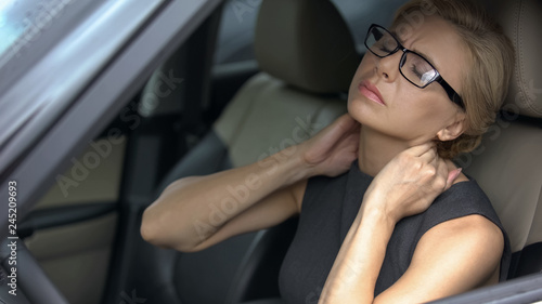 Photo Tired business lady in car feeling strong neck pain, nerve inflammation, health