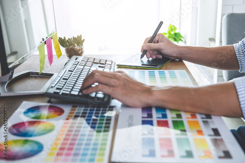 Photo  Image of male creative graphic designer working on color selection and drawing o