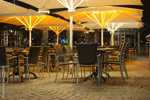 Cuadros en Lienzo Outdoor cafe at night