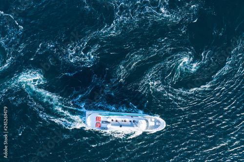 渦を描く海と真直ぐに進む船