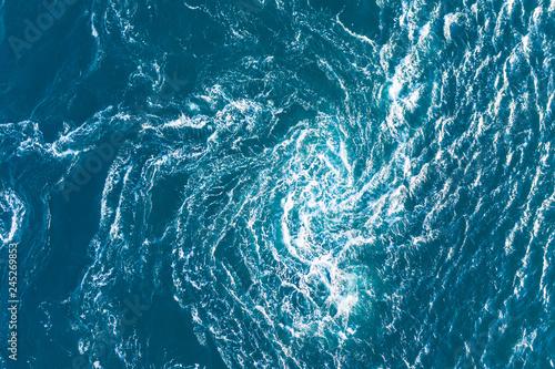 波と波がぶつかり渦になる海の景色