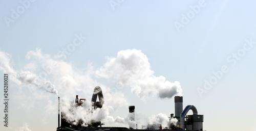 Fényképezés  The factory is emitting smoke.