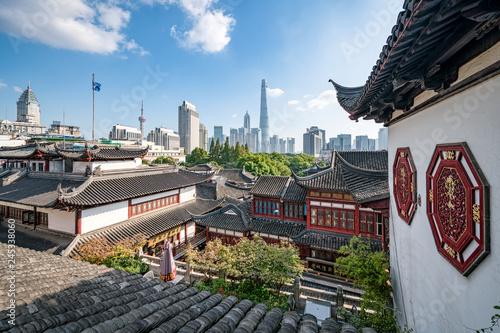 Tuinposter Aziatische Plekken Yu Yuan Garten und Skyline von Shanghai, China
