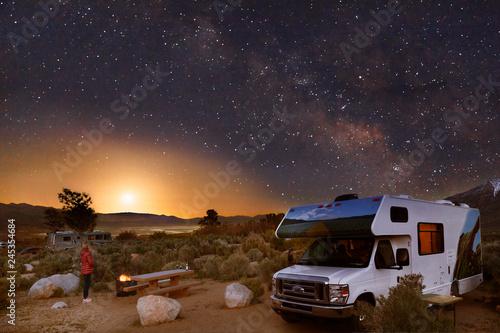 Foto auf Gartenposter Vereinigte Staaten Campen mit dem Wohnmobil unter Sternenhimmel, Milchstraße und Mond in den Alabama Hills am Fuße der Sierra Nevada bei Lone Pine