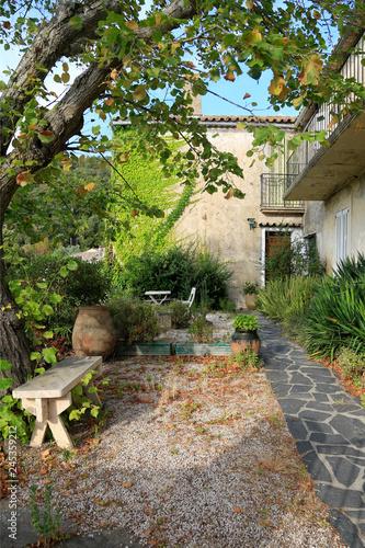 Mediterrane Gartengestaltung Verwunschener Garten In Einem Dorf In