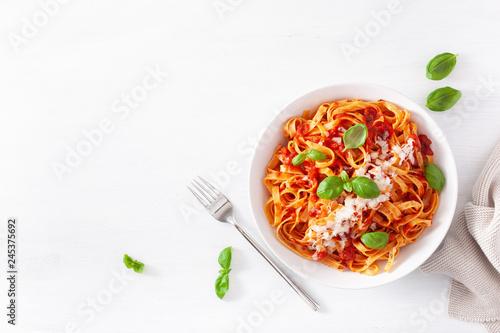 Fotografija tagliatelle pasta with tomato sauce parmesan basil
