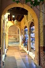 Mercato Dell'Alcaicería Noto Come Il Gran Bazar Di Granada In Spagna Rappresenta L'originale Mercato Moresco Della Seta, Spezie Ed Altre Merci Di Valore.