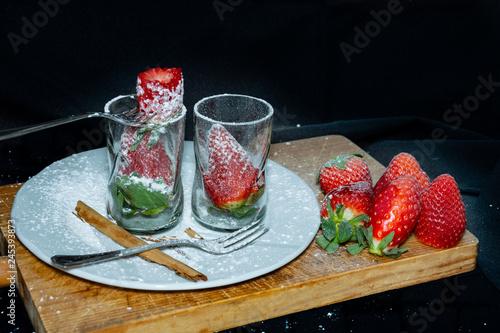 Fotografía  Comiendo Postre de Fresas con canela