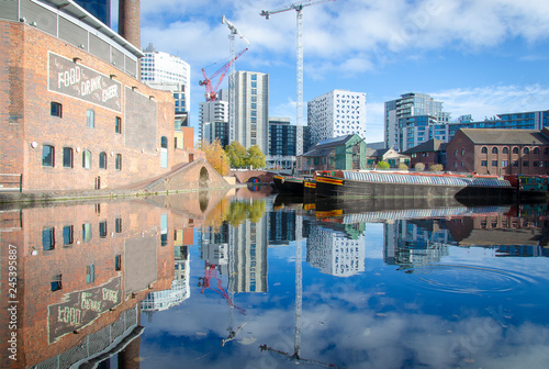 Foto City of Birmingham in Great Britain with a beautiful view on the city wharf with