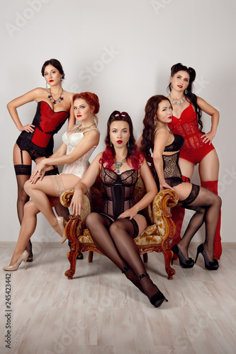 Photographie  Five ladies of different body types in corsetes, stockings with suspender belt a
