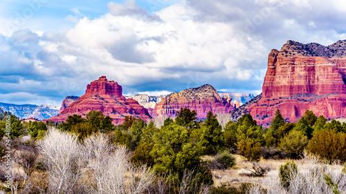 czerwone-skaly-z-piaskowca-w-bell-rock-munds-mountain-i-gmach-sadu-butte-w-poblizu-sedona-w-polnocnej-arizonie-w-coconino-national-forest-w-stanach-zjednoczonych
