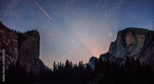 Photo  Milky Way over Yosemite, Yosemite National Park, California