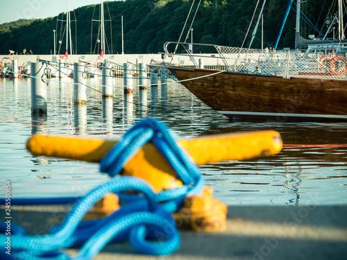 Fotografía  Mooring bollard with rope on pier by the sea