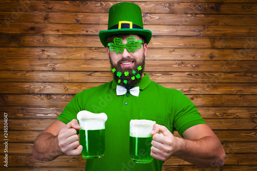 Photo Happy young adult man male in green shirt, green leprechaun hat with lucky clove