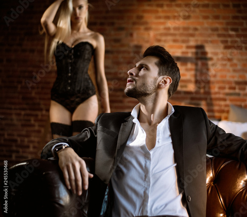 Photo Attractive young man looking at the sensual blond lady