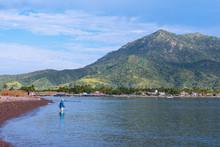 El Pescador Paciente Espera Que Piquen En La Playa De Manzanillo Colima .