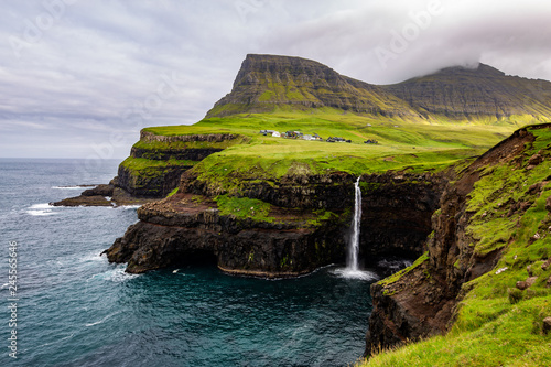 Photo Gasadalur Waterfall at the Faroe Islands in a cloudy day