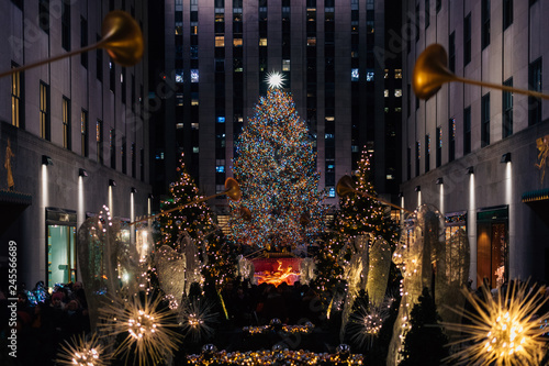 Spoed Fotobehang Centraal-Amerika Landen Christmas tree at Rockefeller Center at night, in Midtown Manhattan, New York City