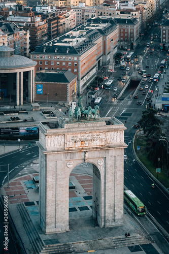 Tuinposter Centraal-Amerika Landen View of the Arco de la Victoria from the Faro de Moncloa, in Madrid, Spain