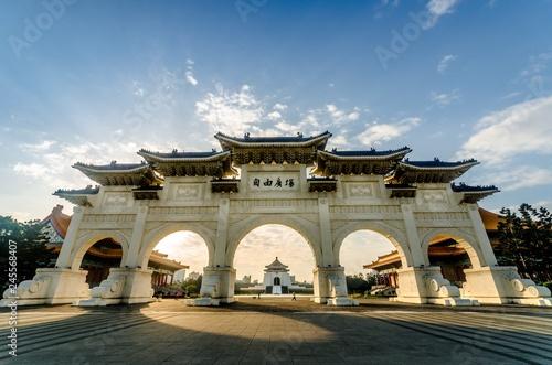 Fotografía  ront gate of Chiang Kai-shek Memorial Hall, Archway , CKS (Chiang Kai Shek) Memorial Hall, Taipei, Taiwan