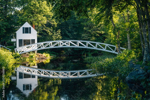 Spoed Foto op Canvas Verenigde Staten Bridge over a pond and the Selectmen's Building in Somesville, Maine