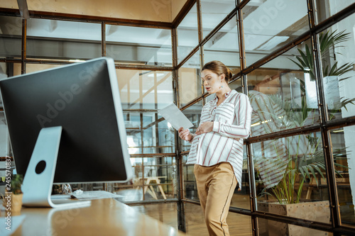 Photo  Pregnant woman working in the modern office of corporation