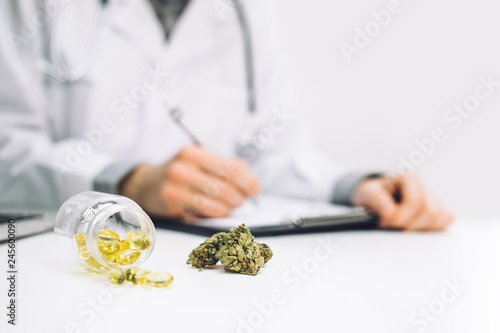 Arzt verschreibt medizinisches Marihuana Canvas Print