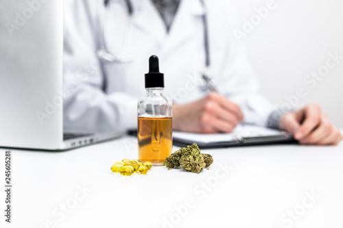 Arzt verschreibt medizinisches Cannabis Canvas Print