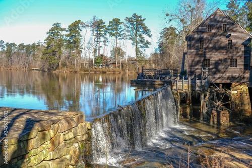 Zdjęcie XXL Sceniczny zima widok siklawa i tama starym gristmill przy Historycznym Yates młynu okręgu administracyjnego parkiem w Raleigh Pólnocna Karolina.