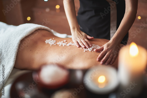 Türaufkleber Spa Therapist apply mineral salt on lady back