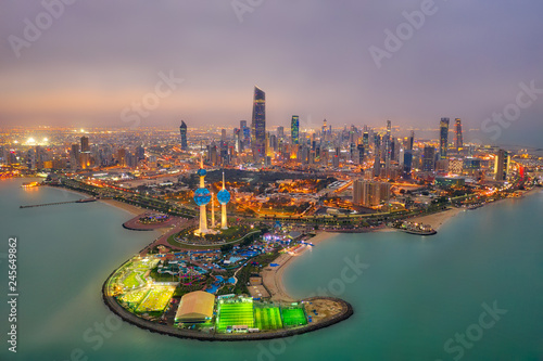 Foto auf AluDibond Lavendel Kuwait Tower City Skyline glowing at night, taken in Kuwait in December 2018 taken in hdr