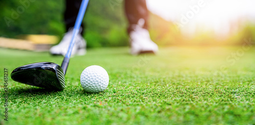 Spoed Foto op Canvas Bol Close up golf ball on green grass field