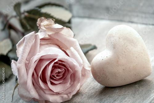 Foto Einzelne Rose mit Herz, romantische Dekoration