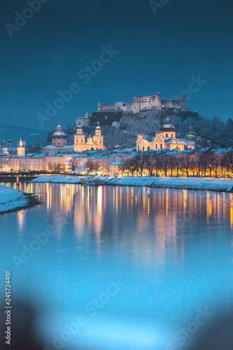 In de dag Centraal Europa Salzburg old town at twilight in winter, Austria