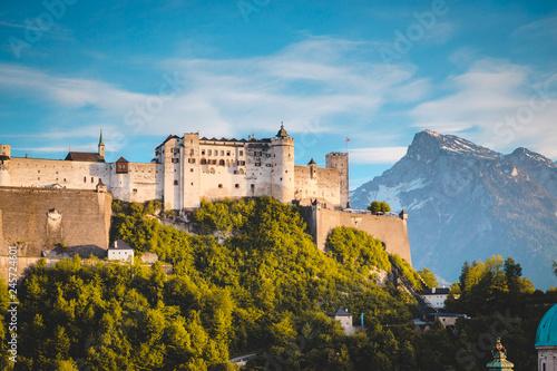 In de dag Centraal Europa Hohensalzburg Fortress in Salzburg at sunset, Austria